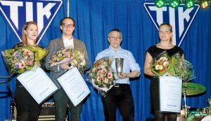 Fra venstre ses Christina Skærbæk, Tobias Harpsøe, Roy S. Hansen og Simone Jans med blomster og pokaler fra Lokalavisen Taastrup og DAGBLADET Roskilde. Foto: Hans Jørgen Johansen